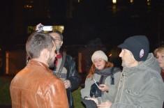 "Protest ""Novinari ne kleče"", održan u ponedeljak 21. decembra 2015. godine na Trgu kod Krsta u Kragujevcu – iz ugla Humanitarnog radija"