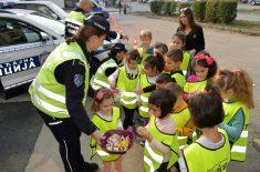 Druženje saobraćajnih policajaca sa predškolcima