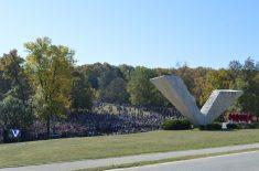 VELIKI ŠKOLSKI ČAS: Položili su se venci na spomenik streljanim đacima i drugim nevinim žrtvama Drugog svestskog rata u Kragujevcu